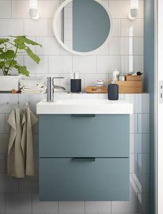 Une salle de bains gain de place avec une petite touche nature en bonus