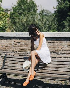 Effortless style: Rocío Muñoz Morales adding summer vibes to her outfit with her #TodsGommino. #RocíoMuñozMorales