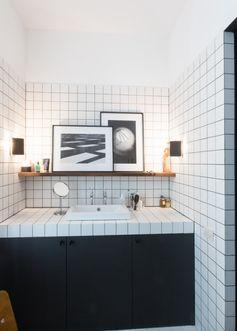 Des petits carreaux avec joints noirs pour une salle de bain avec du style.