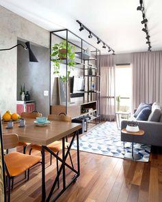 Em apartamentos pequenos, leveza é fundamental! Observem como o pessoal do @mandrilarquitetura usou e abusou da Serralheria e elementos fininhos.  Foto @marianaorsifotografia