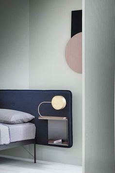 Zanotta, Hotelroyal 1716 - Lit avec structure en acier verni couleur graphique, tête de lit rembourrée en polyuréthane, revêtement en tissu, avec table de chevet en tôle d'acier verni couleur graphite et plateau en cuir sellier pigmentato 90, positionnée à droite ou à gauche du lit. Contract. Longueur 214 cm. Design Terri Pecora. ©Zanotta