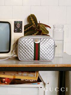 Presented on the Fall Winter 2018 runway, this matelassé shoulder bag is made up of laminated silver leather and mixes a sportswear-inspired feel with distinctive emblems of the House, including the Double G and the traditional green and red Web stripe.