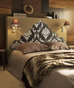 Une chambre adulte avec une tête de lit royale et des teintes taupes !   #chambre #bedroom #taupe #tetedelit #homedesign #homedecor #ideedeco #lit #coussin #diy #leroymerlin