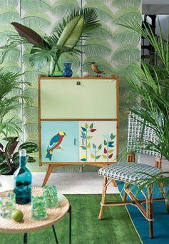 Un secrétaire peint avec un oiseau et des feuilles