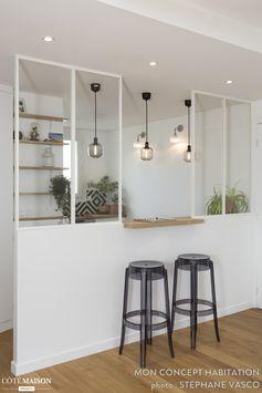 Tabourets hauts, bar, suspensions en métal, verrière, plantes d'intérieur... Cette cuisine assume son look industriel !