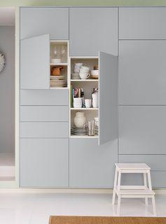 Gros plan des mêmes armoires de cuisine IKEA. Deux armoires ouvertes montrent leur contenu.