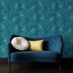 Papier peint bleu canard et petit canapé avec coussins