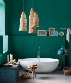 formidable idée salle de bain vert foncé, bagnoire à poser blanche, jolies élements décoratifs au goût retro exotique