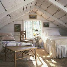 amenagement combles, parquet en bois brut, planches, lit blanc et linge de lit blanc, lambris blanc, meubles en bois, toiture en bois blanche