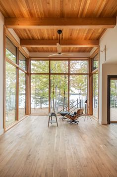 The material palette throughout this modern lakeside house features Douglas fir windows and ceilings, with white oak cabinetry, and concrete and oak floors. #WoodCeiling #ModernHouse #Windows #HouseInterior #WoodFloors