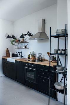 plan-de-travail-en-bois-massif-kitchenette-noire-hotte-aspirante-inox-etagere-metallique