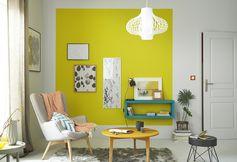 Bel aplat de jaune pour réveiller le gris, des couleurs franches pour contraster. #homedecor
