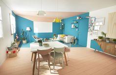 Une salle à manger épurée mais colorée avec le style California. Des accessoires colorés aux murs comme au plafond et du mobilier tendance !  #salleamanger #sejour #table #lustre #tendance #homedesign #homedecor #madecoamoi #leroymerlin