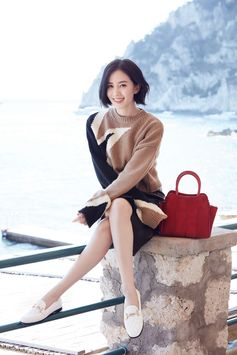 Stylish and cozy Fall vibes: discover the Tod's Fall-Winter Collection as seen on Liu Shishi. More at tods.com #TreasureHunt #TodsSella #TodsSellaBag #Fall #TodsDoubleT #Tods #LiuShishi