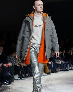 A look from the Louis Vuitton Fall-Winter 2018 Fashion Show by Kim Jones. See all the looks now at louisvuitton.com.A look from the Louis Vuitton Fall-Winter 2018 Fashion Show by Kim Jones. See all the looks now at louisvuitton.com.