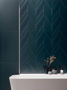 Salle de bain avec baignoire sur pied et carrelage céramique bleu canard pétrole liseré en laiton #salledebain #carrelage #bleucanard #graphique #peacockblue #petrolblue #interior #bathroom #davidb #showroomdavidb