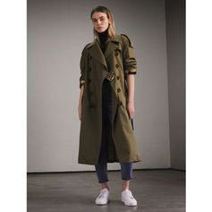 An English-made trench coat in new lightweight tropical gabardine, cut for a relaxed fit. The tonic-coloured cotton twill is woven for weatherproof protection at the Burberry mill, and is tumbled and washed to imbue softness and fluidity. The double-breasted style is defined with exaggerated epaulettes, a check undercollar and a storm shield that drapes over the shoulders for effortless appeal. Add it to your warm-weather dressing repertoire.