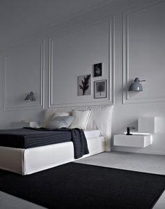 Contraste réussi entre les moulures classiques et le mobilier design #bedroom #black+white: