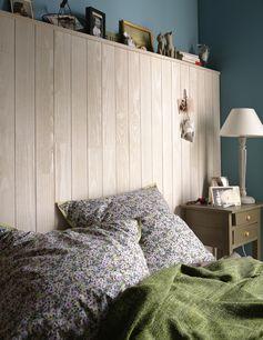 Une chambre avec une tête de lit en lambris bois qui sert aussi d'étagère. #chambre #bedroom #astuce #diy #bois #tetedelit #coussin #lampe #leroymerlin