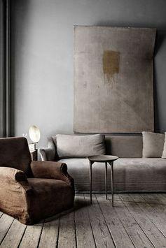 Tendance japonaise Wabi Sabi en architecture et décoration : adopter la simplicité. Salon : murs patinés et mobilier en bois.