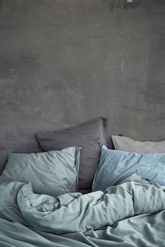 Linge de lit uni en coton prélavé GUY VERT de Essenza. Pur style vintage pour une très belle parure de lit unie en coton prélavé.  A noter : le tissu est très doux au toucher et la parure est joliment présentée dans un emballage réalisé avec le même tissu que la parure.  Des accessoires coordonnés sont également disponibles séparément : draps housse unis en jersey qualité