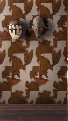Un papier peint intissé Peau de vache marron foncé pour un style Afrique Revisitée très tendance !   #leroymerlin #tendance #afrique #papierpeint #wallpaper #vache #effet #ideedeco #madecoamoi