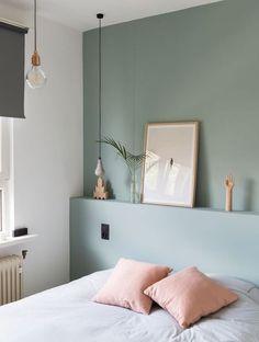 comment décorer sa chambre, mur couleur vert gris, linge de lit blanc et coussins rose, suspensions originales