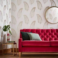 canapé en velours rouge capitonné et papier peint plume dorée monstera et grand miroir rond cadre laiton #canapé #velours #papierpeint #wallpaper #decoration #vintage #velvet