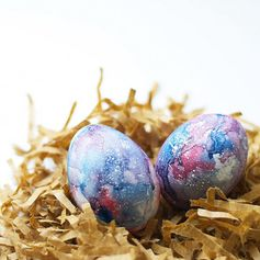 Create the universe upon an egg using watercolors by following this fun DIY galaxy easter egg tutorial.