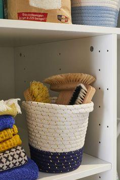 À la recherche d'un aménagement plein d'astuces pour votre buanderie ? Avec des rangements et placards intégrés et un étendoir rétractable, un petit espace peut devenir une buanderie avec un agencement malin souligné par une déco dynamique !