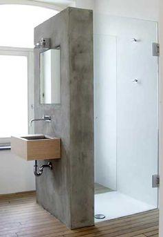 Une cloison de douche faite en béton ciré sur carrelage