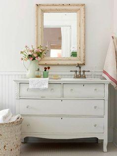 """idée, utiliser un vieux meuble en """"sous-vasque"""" de salle de bain."""