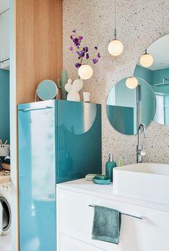 Vous avez une petite salle de bains et des enfants ? Avec un aménagement plein d'astuces et des rangements intégrés, créez une salle de bains avec un espace buanderie, à la fois familiale et pratique ! Sans oublier le petit plus : une décoration moderne, appuyée par l'utilisation du bois et un carrelage Terrazzo très tendance !