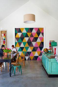 intérieur coloré de Erin O'Malley et son partenaire Darran, fondateurs du concept store Madder & Rouge a Aukland...