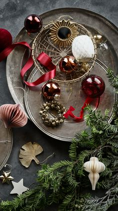 Christmas ornaments, sparkling decorations and scented candles. Explore the details that set the holiday mood — now in store and online.