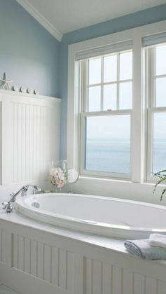 Modèle salle de bain baignoire design original au bord de la mer