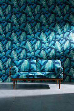 """Papier peint tropical """"Tropicana"""", Maison Bineau. La tendance tropicale ne faiblit pas. Au contraire, elle se renouvelle et s'habille d'un élégant mixe de feuillage luxuriant allant du vert au bleu turquoise sur ce beau papier peint."""