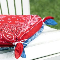 4th of July No-Sew chair cushions covers using bandannas. Sandwich one cushion with 2 bandannas, then join each corner together with a rubber band and hide bands with thin ribbon. Soo Cute!!