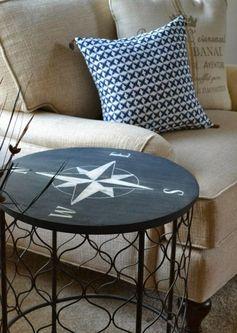 salon avec table ronde DIY et coussins à motifs variés