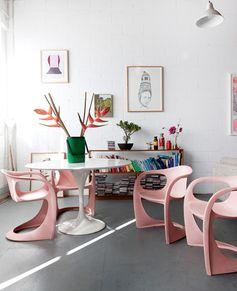 Design et pastel font bon ménage dans la salle à manger.