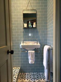 lavabo retro, lavabo suspendu avec porte serviette et carreaux métro bleus