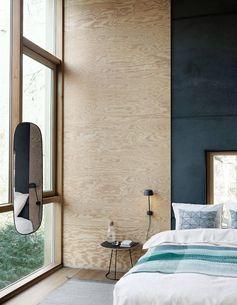 Fixez une planche de bois au mur