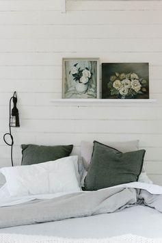 mini maison champêtre chambre draps en lin gris vert #lit #bed #chambre #parents #tableau #fleurs #art #blanc #sobre #hygge #coussins #lin #vert #draps