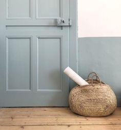 out doucement ... dans la chambre de Capucine - elle voulait du bleu clair, du bois, du doré qui brille, des animaux ..