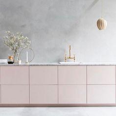 Cuisine rose pastel / Plan de travail en marbre / Mur à la chaux / Robinetterie laiton
