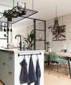 deco industrielle, décor en bois avec des éléments déco floraux, style industriel et exotique à la fois