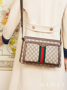 First developed by Gucci in the 1950s, the House Web stripe runs down the center of a medium shoulder bag in GG Supreme motif.