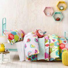 Tous les matins, votre fille se réveillera avec la pêche dans son lit aux couleurs et motifs fruités.