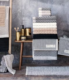 Towels in classic elegance with graphic prints in black and navy | H&M Home