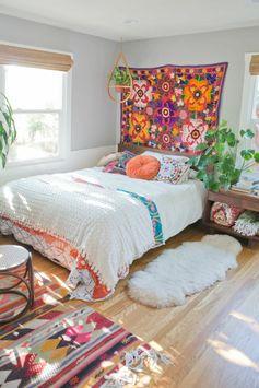 tapis boheme, suspension plante verte, tapis moelleux, murs blancs
